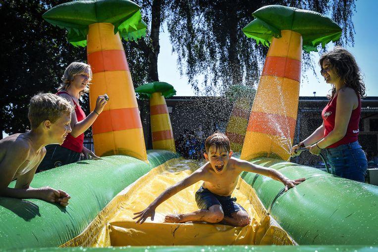 De kinderen en animatoren genoten met volle teugen van het mooie weer en de verfrissende waterspelletjes.