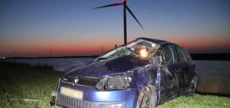 Automobilist rijdt de Oesterdam af
