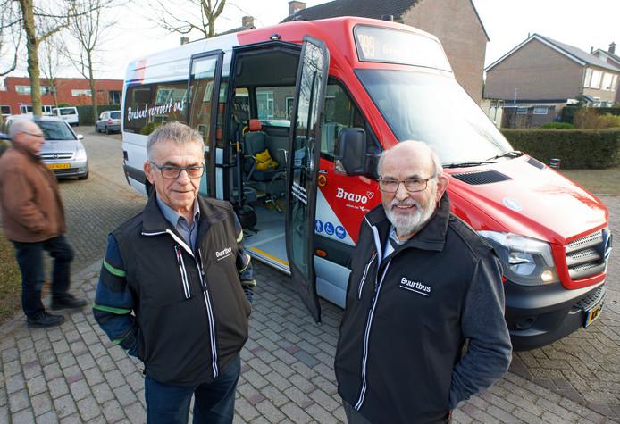 Buurtbuschauffeurs Harrie van de Heuvel (links) en Toon Verbruggen reden twee jaar geleden nog met de buurtbus door Venhorst en Boekel