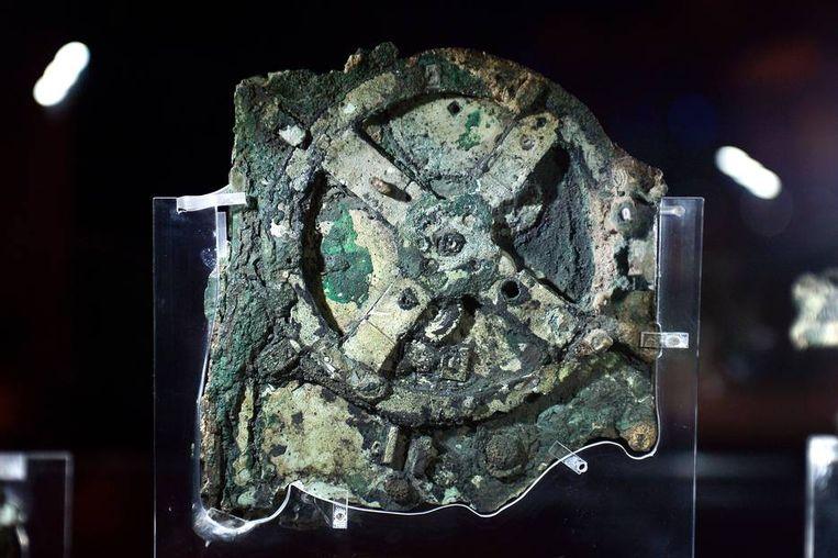Het bronzen mechanisme zoals het is tentoongesteld in het Nationaal Archeologisch Museum in Athene.