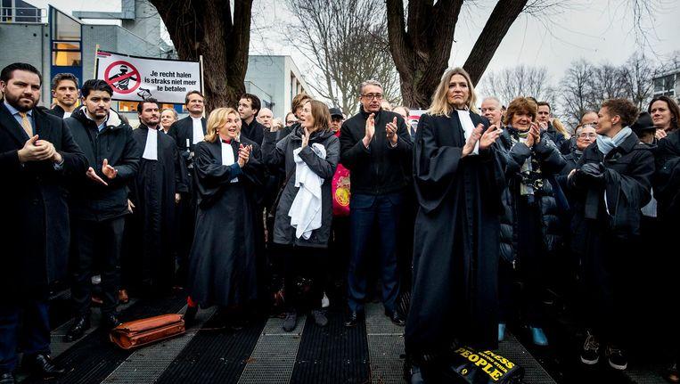 Advocaten voeren actie bij de rechtbank in Amsterdam. Beeld anp