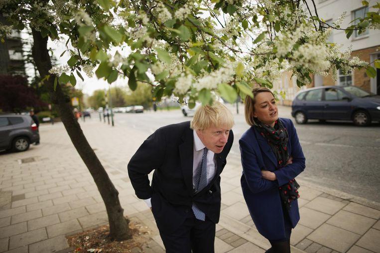 Journalist Laura Kuenssberg in gesprek met Boris Johnson in 2015. Beeld Getty Images
