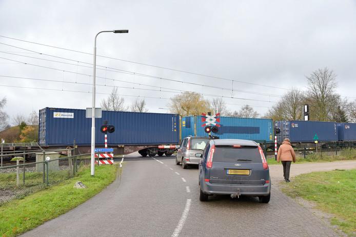Een kapotte goederentrein blokkeert de spoorwegovergang bij Berkel-Enschot.