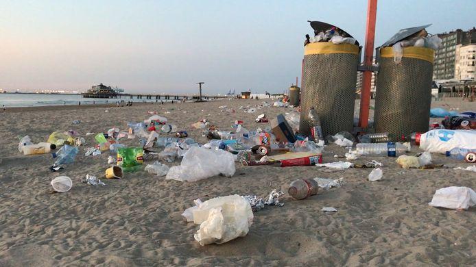 Achtergelaten afval op het strand van Blankenberge.