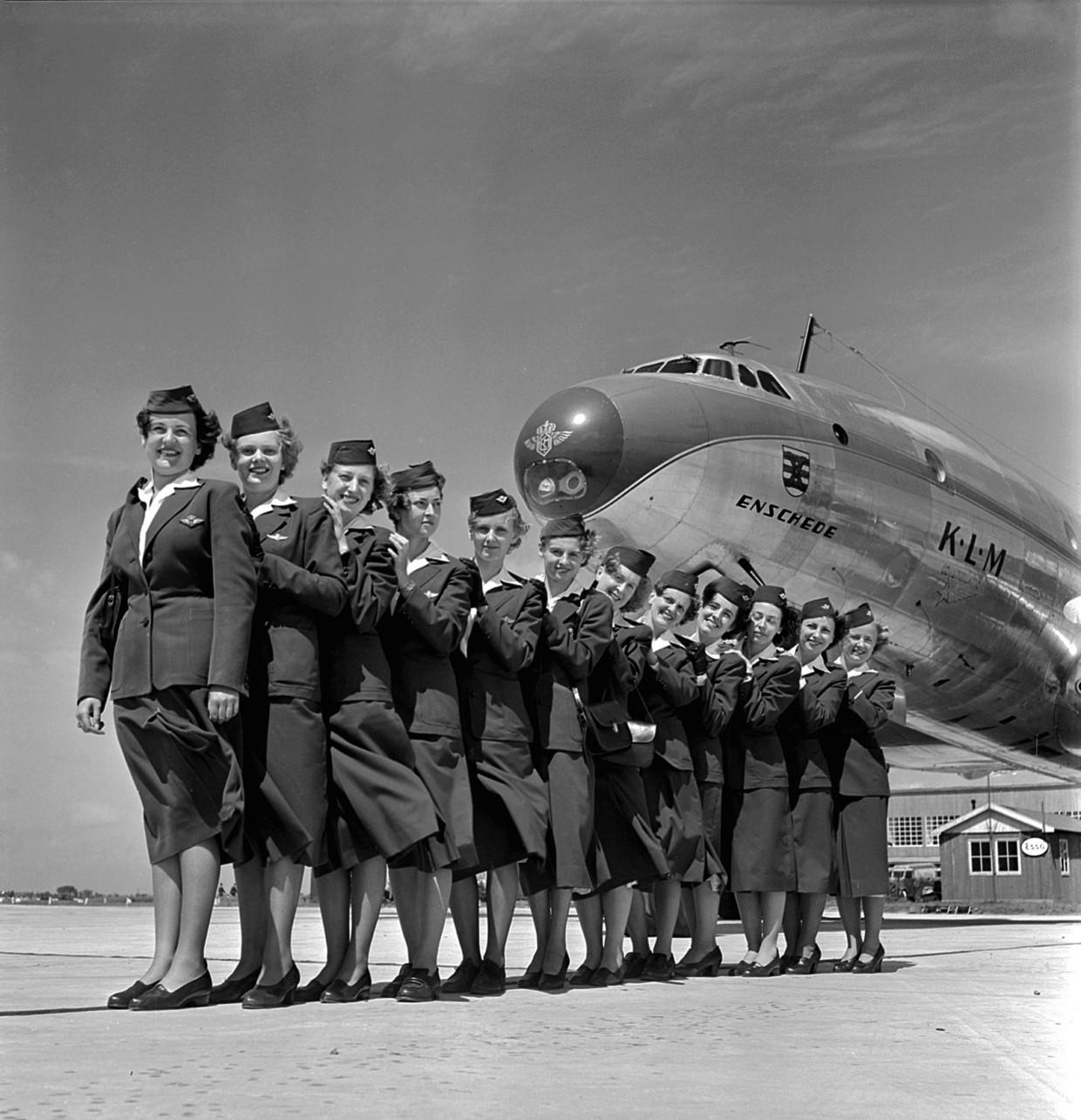 Twaalf stewardessen poseren in 1950 voor de Enschede, een Lockheed Constellation van de KLM.