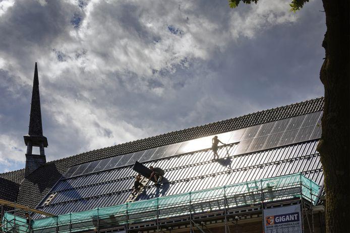 Op het dak van de Boschwegse kerk komen in totaal zo'n 350 zonnepanelen.