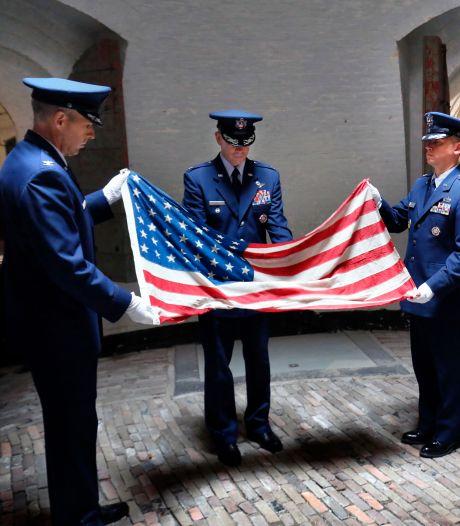 Ceremonieel vouwen van een bijzondere Amerikaanse vlag: eerbetoon aan gesneuvelde vliegeniers