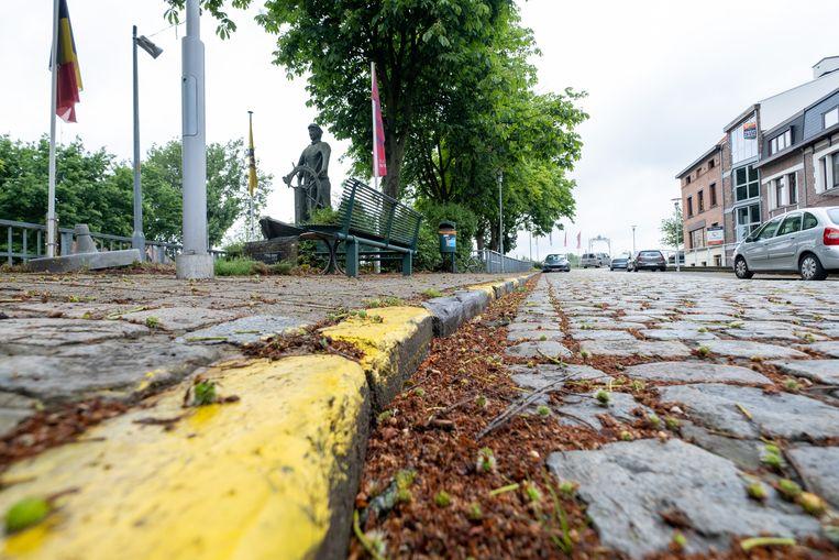 KLEIN-WILLEBROEK De zithoek aan het sas in Klein-Willebroek. De inwoners moeten hier uitkijken voor 'wielerterroristen' die over het voetpad rijden om de kasseien te vermijden.
