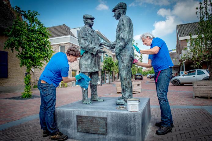 René Bijker (l) en Piet zetten het kunstwerk 'Handjeklap' in de was.