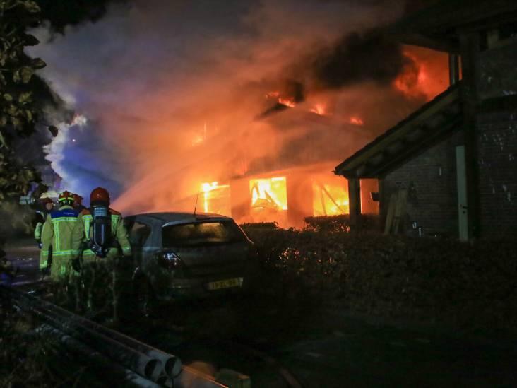 Grote brand legt loods vol hout in Gemert in de as