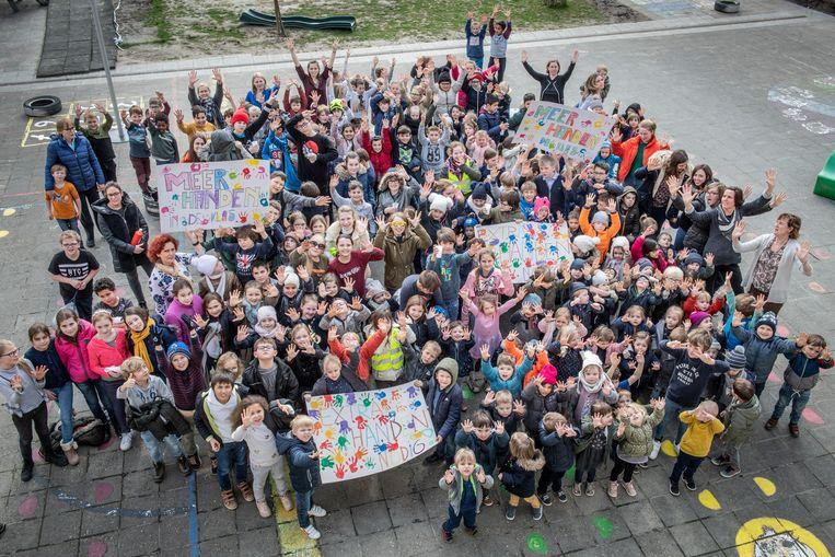 Volgens De Horizon zijn er meer handen nodig in de klas. Woensdag laten ze zich horen met een minibetoging op het Dorpsplein van Koolskamp.