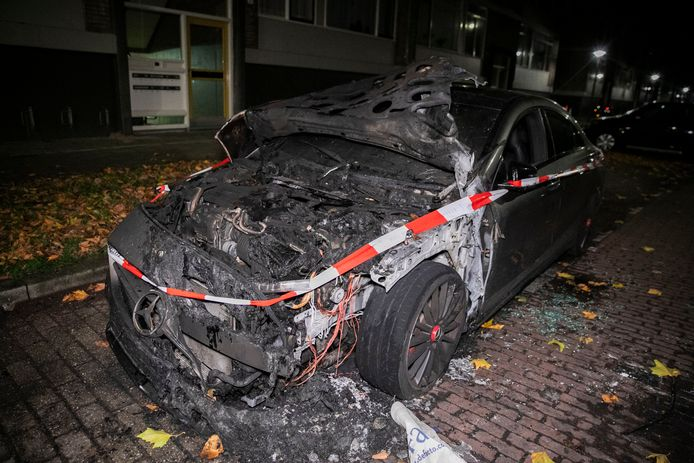 Een auto in de Arnhemse wijk Statenkwartier heeft in de nacht van zaterdag op zondag in brand gestaan.
