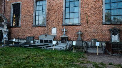 Gemeentebestuur pakt verwaarloosde graven bij Sint-Leonarduskerk aan