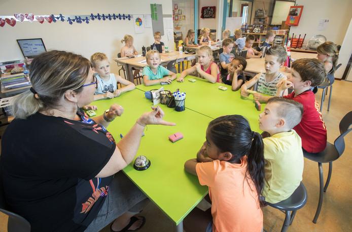 De Openbare Basisschool Dijkerhoek werd vier jaar geleden beoordeeld als zeer zwakke school. Twee jaar geleden groeide het niveau naar zwak. Afgelopen week kreeg de school van de inspectie bericht dat de beoordeling nu voldoende is. Groep 3/4 olv juf Erna van den Noort