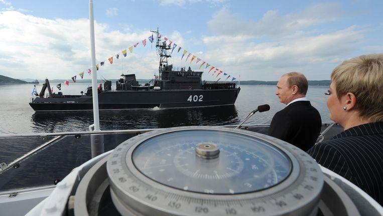 Archiefbeeld: Vladimir Poetin huldigt een schip van de Noordelijke Vloot in.