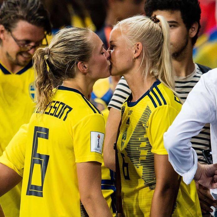 Magdalena Eriksson krijgt een kus van Pernille Harder na de zege op Canada.