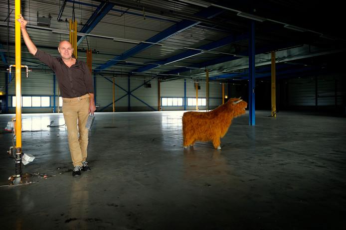 Jaap Korteweg (kort na aankoop van het pand) in de Bredase loods waar hij zijn 'vleesfabriek zonder bloedvergieten' bouwt.