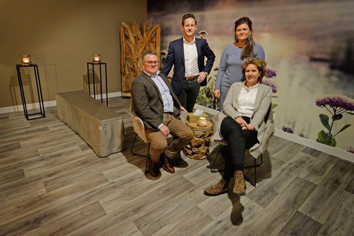 Vader Betto, moeder Marion, zoon Kevin en dochter Esmee Nijland in de familiekamer van hun uitvaartcentrum.