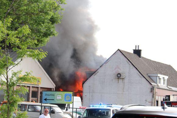 De vlammen sloegen uit het dak van de garage.