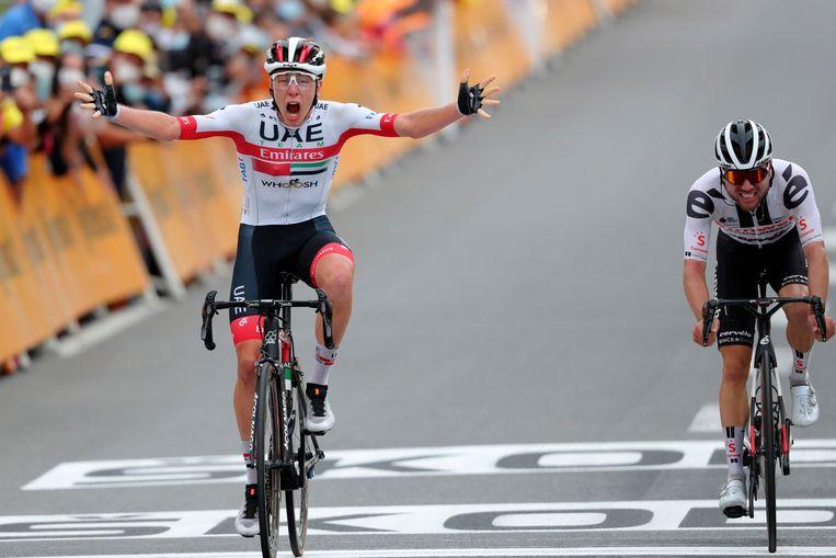 De Sloveen Tadej Pogacar (links) passeert de finishlijn. Het Zwitserse talent Marc Hirschi (rechts) reed 90 kilometer lang solo op kop. Beeld AP