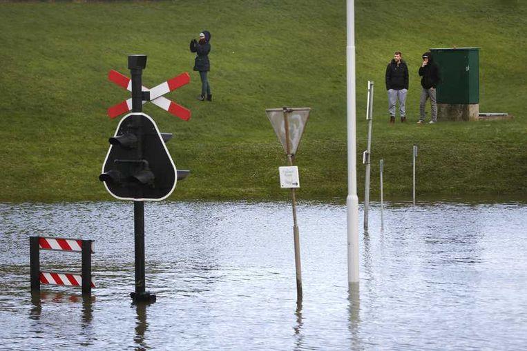 Hoog water in de Eems, een dag na de Sinterklaasstorm. Door een combinatie van de harde wind die het zeewater opstuwt en springtij staan de kades in Harlingen, Delfzijl, Vlieland, Ameland en Terschelling blank. Beeld anp