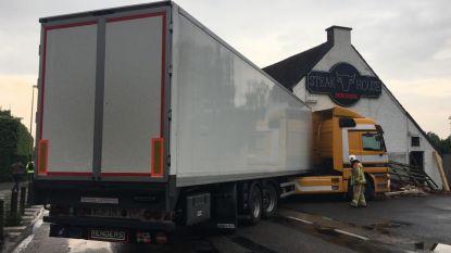 Vrachtwagen botst tegen restaurant in Lier