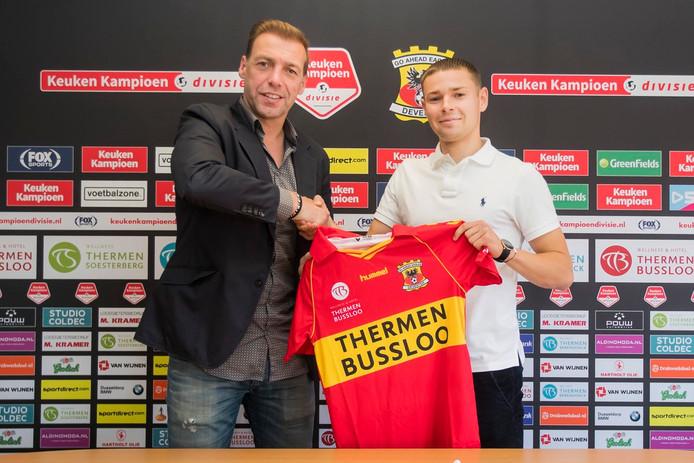 Technisch manager Paul Bosvelt verwelkomt de Duits-Algerijnse vleugelverdediger Nicolas Abdat bij Go Ahead Eagles.