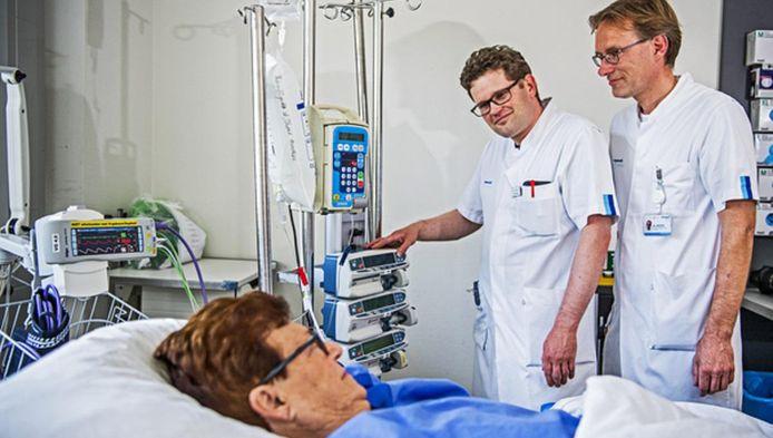 Lambert Krist (rechts) kijkt een dagje mee over de schouder van intensivist Corstiaan den Uil.