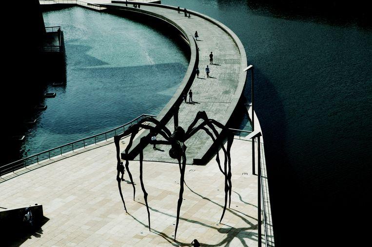 Één van de enorme spinnen van Louise Bourgeois, naast het Guggenheim Museum in Bilbao. Beeld Cover/Getty Images