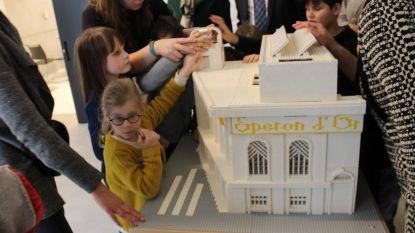 Kinderen met visuele beperking ontdekken Lego-museum op de tast