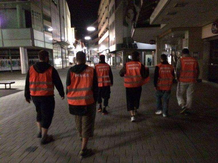 De zelfbenoemde 'sharia-politie' patrouilleert in oranje hesjes door de straten van Wuppertal. Beeld Facebook.com/Shariah-Polizei-Germany