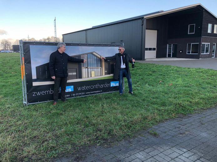 Wethouder Johan Coes (links) en Frank Oude Elberink (rechts) op de plek waar het nieuwe pand van ZwembadPlus B.V. verrijst.