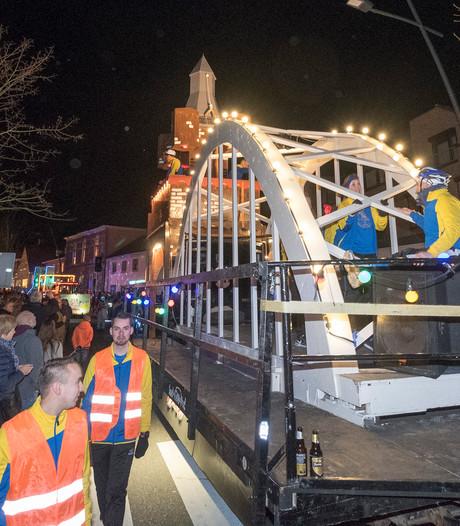 Spectaculaire wagens trekken voorbij tijdens lichtoptocht door Groesbeek