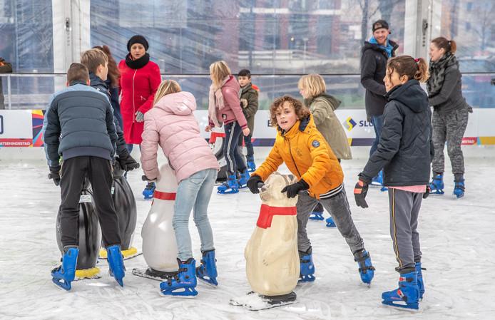 Vorig jaar konden kinderen in hun eigen tijd naar de ijsbaan op het Rodetorenplein, nu zullen veel Zwolse basisschoolleerlingen ook tijdens schooltijd op de schaatsen te vinden zijn.