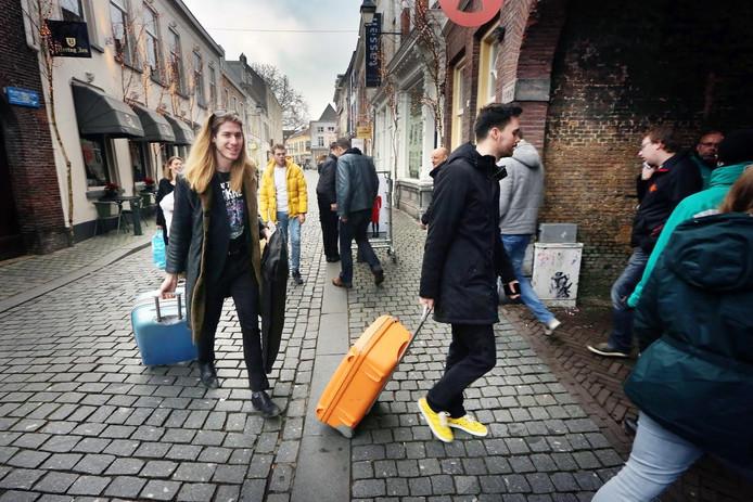 Frank en Domien sluipen naar het Glazen Huis om hun koffers vast weg te zetten