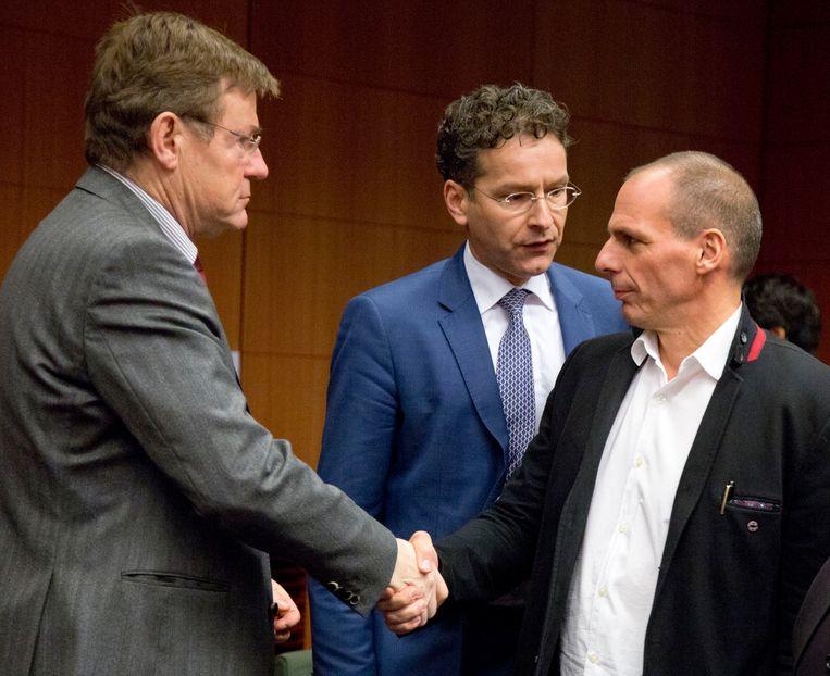 De Griekse minister Yanis Varoufakis schudt de hand met zijn Belgische collega Johan Van Overtveldt, onder het toeziend oog van Jeroen Dijsselbloem. Beeld AP
