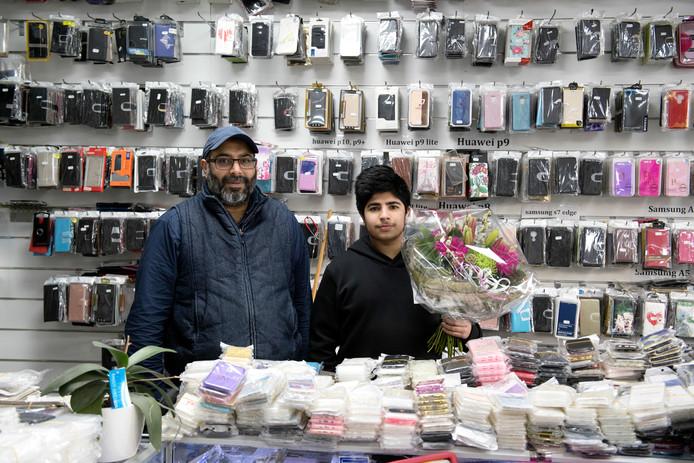 Asif en Toheen Malik kregen bloemen vanuit Nieuwleusen, nadat eerder hun zaak werd overvallen.