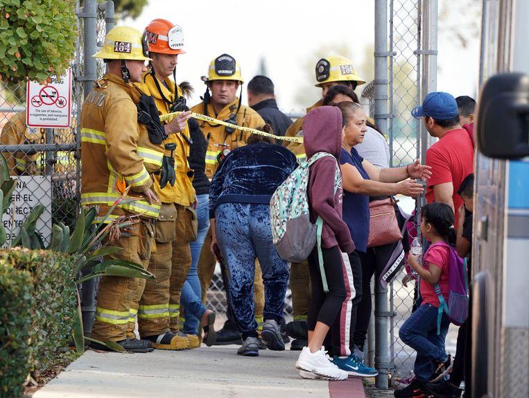 De brandweer laat ouders binnen in Park Avenue Elementary School waar meerdere kinderen en volwassenen werden behandeld na blootstelling aan kerosine.