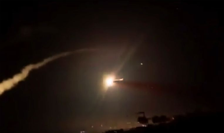 In het Libanese grensgebied met Syrië zeggen burgers dat ze het geluid van jachtvliegtuigen hebben gehoord. Ze vermoeden dat Israëlische vliegtuigen het Libanese luchtruim hebben gebruikt om aanvallen in buurland Syrië uit te voeren.