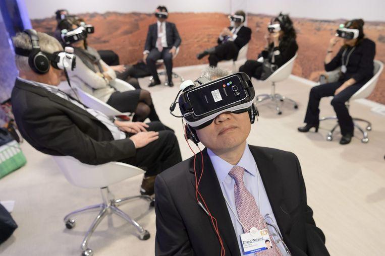 Deelnemers van het World Economic Forum proberen virtual reality-brillen uit. Beeld epa