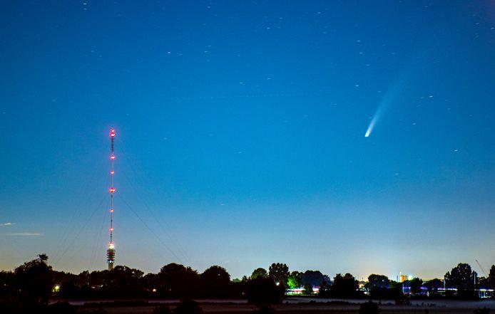 Komeet Neowise scheert langs de Gerbrandytoren in IJsselstein.