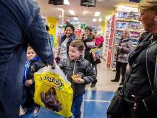 Kinderen van de voedselbank verrast met een cadeaubon van de Intertoys