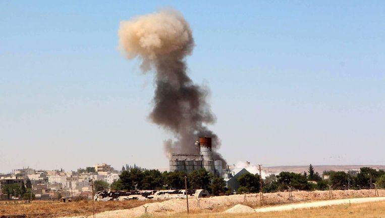 Een rookpluim boven Kobani, waar de gevechten tussen IS en Koerdische strijdkrachten zijn opgelaaid. Beeld epa