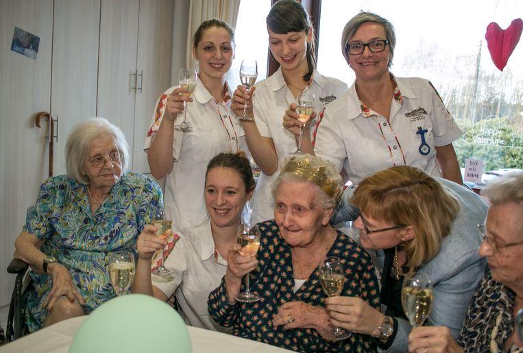 Een glaasje cava kan er op een 106de verjaardag nog bij.