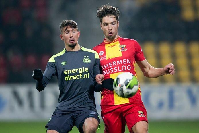 Ramon Pascal Lundqvist in duel met Go Ahead Eagles.
