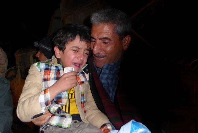 De Irakese Ayman wordt herenigd met zijn oom, de neef van zijn vader, bij een Koerdische grenspost. Beeld REUTERS