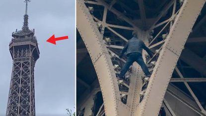 Eiffeltoren geëvacueerd nadat man naar top kruipt, klimmer na uren overmeesterd