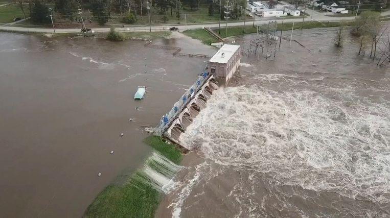 Water gutst uit de Sanford-dam na de breuk van dinsdagavond.