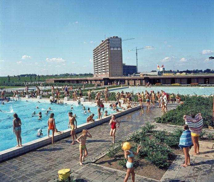 Openluchtzwembad De Blinkert in de zomer van 1971. Op de achtergrond het flatgebouw Reviusrondeel 1 t/m 366 in aanbouw.