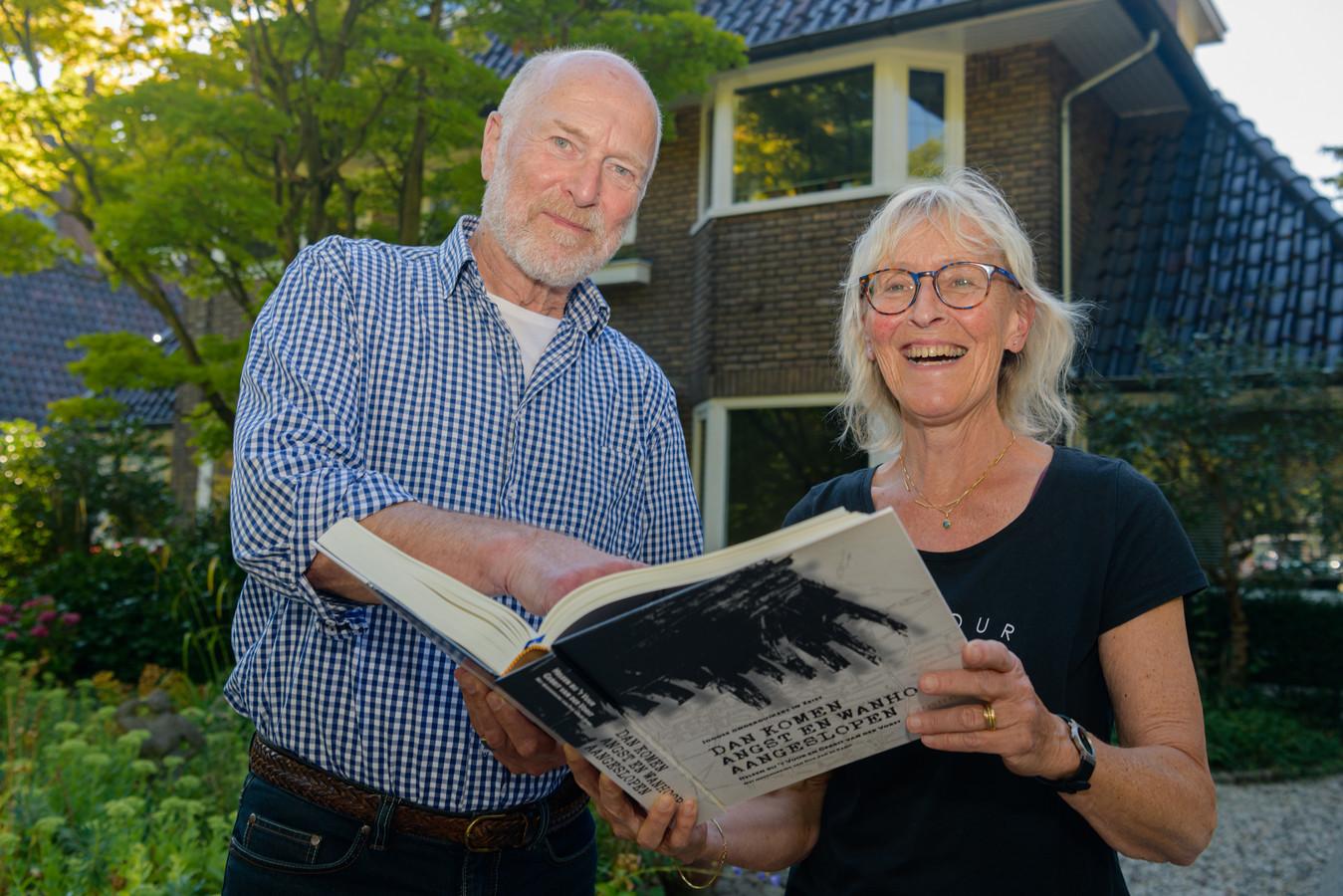 Gerrit van der Vorst (73) en Heleen bij 't Vuur (70) met het boek. Ze hadden niet verwacht dat er in de Tweede Wereldoorlog in Zeist zoveel Joden ondergedoken hebben gezeten.
